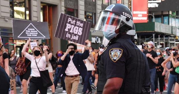 Biểu tình lan rộng, và giờ cảnh sát trên khắp nước Mỹ đồng loạt nghỉ việc - Ảnh 4.