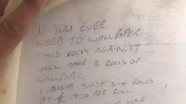 Trang trí sửa sang lại nhà cửa, cặp đôi vô tình phát hiện mẩu giấy nhắn của người chủ cũ giấu sau tường cách đây 23 năm  - Ảnh 1.