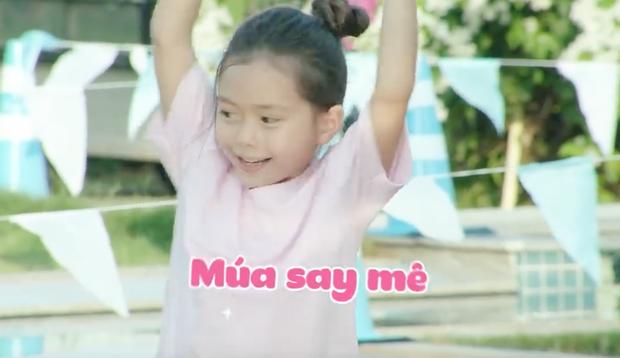 Nhóc Andy nhà Thu Trang mải mê ngắm bé Sol múa trong chuyến du lịch biển - Ảnh 2.