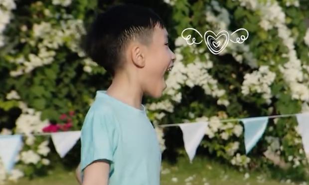 Nhóc Andy nhà Thu Trang mải mê ngắm bé Sol múa trong chuyến du lịch biển - Ảnh 3.