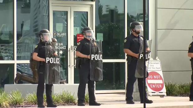 Biểu tình lan rộng, và giờ cảnh sát trên khắp nước Mỹ đồng loạt nghỉ việc - Ảnh 3.
