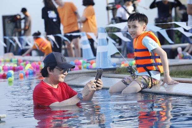 Nhóc Andy nhà Thu Trang mải mê ngắm bé Sol múa trong chuyến du lịch biển - Ảnh 7.