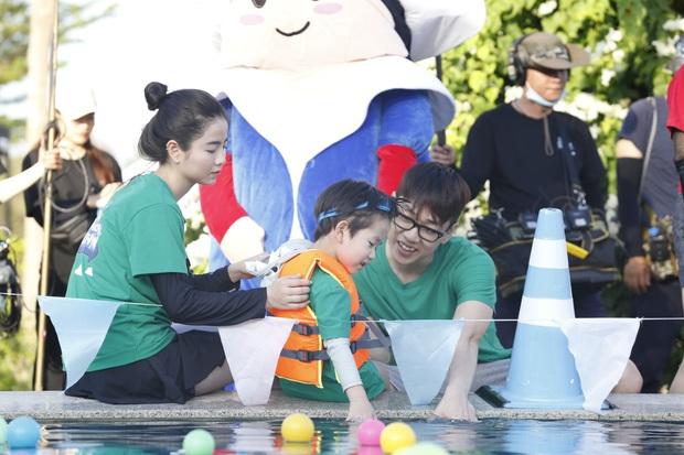Nhóc Andy nhà Thu Trang mải mê ngắm bé Sol múa trong chuyến du lịch biển - Ảnh 8.