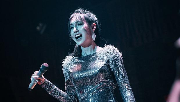 Khoảnh khắc Lynk Lee nắm tay khán giả trong đêm nhạc khiến netizen xúc động: Người thú nhận rưng rưng nước mắt, khẳng định thấy hạnh phúc lây - Ảnh 2.