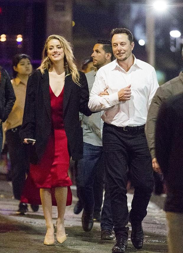 """Biến Hollywood: Amber Heard bị tố """"cắm sừng"""" Johnny Depp, ngoại tình cùng lúc với siêu mẫu Cara Delevingne và tỉ phú 49 tuổi - Ảnh 2."""