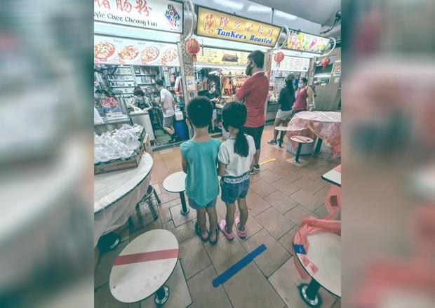 Bức ảnh 2 anh em nắm tay nhau trước hàng đồ ăn khiến dân mạng dậy sóng, thi nhau tag tên anh trai ruột để... tị nạnh - Ảnh 1.