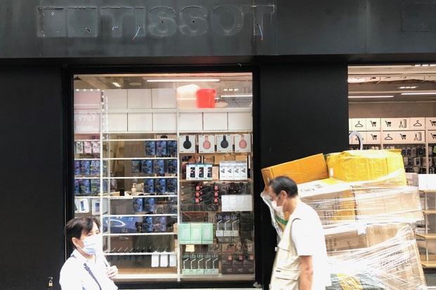 Khi Prada, Tissot sắp thành... hàng lẩu: Tình cảnh thê lương đang xảy ra tại con phố mua sắm đắt đỏ bậc nhất hành tinh - Ảnh 1.