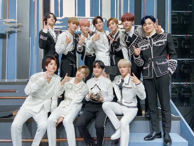The Boyz đoạt cúp Road to Kingdom, chính thức tham gia show sống còn dành cho boygroup hàng đầu vào cuối năm - Ảnh 4.