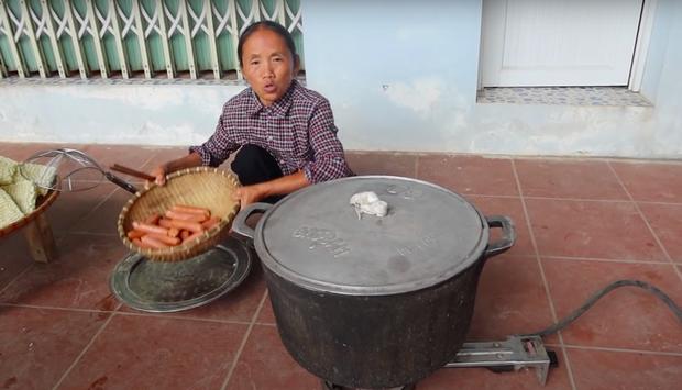 """Thêm một nhân tố """"phá đám"""" Bà Tân Vlog nhưng bà vẫn quyết tâm nấu ăn đãi các cháu, thay đổi cả thói quen bình thường để hoàn thành món ăn - Ảnh 4."""