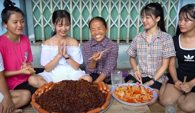 """Thêm một nhân tố """"phá đám"""" Bà Tân Vlog nhưng bà vẫn quyết tâm nấu ăn đãi các cháu, thay đổi cả thói quen bình thường để hoàn thành món ăn - Ảnh 7."""