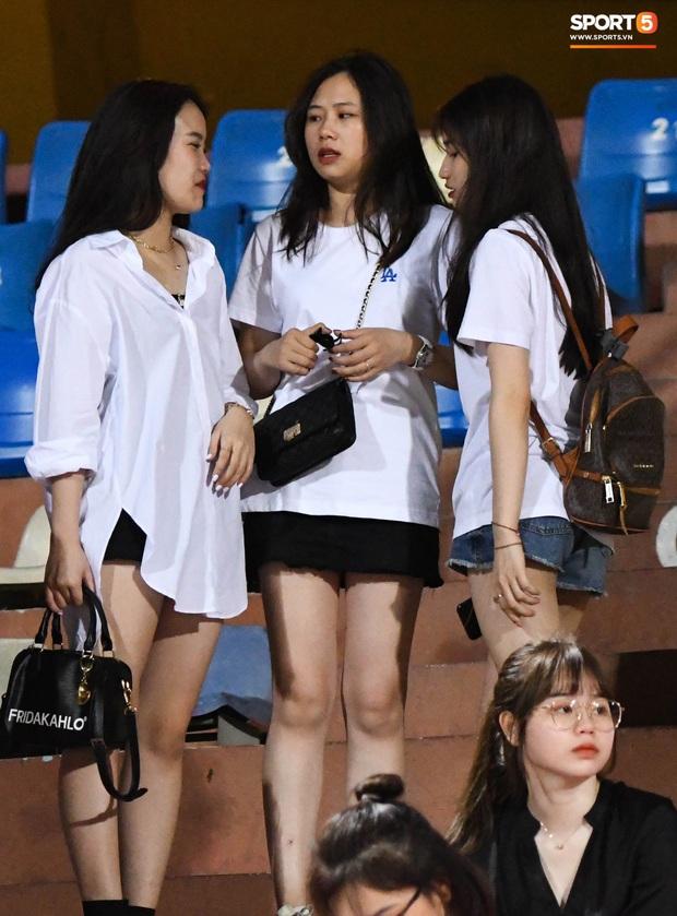 Bạn gái Quang Hải khác biệt giữa dàn WAGs xinh đẹp diện dress code màu trắng đến dự sinh nhật Hà Nội FC - Ảnh 1.