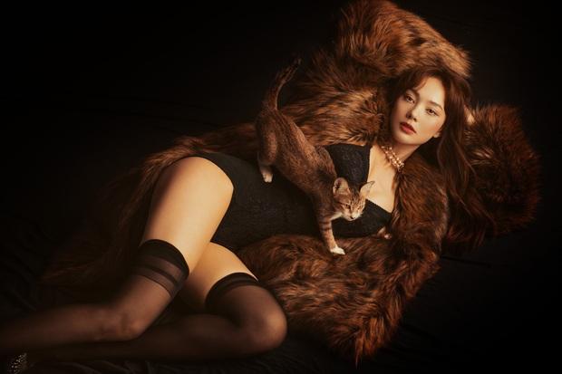 Minh Hằng tung bộ ảnh bán nude táo bạo để đón tuổi 33: Thần thái lạnh tanh nhưng body thì lại nóng hừng hực - Ảnh 9.