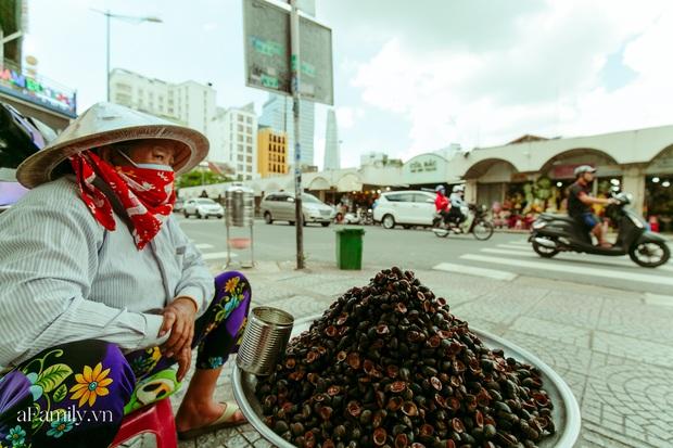 Hàng ốc xào kỳ lạ nhất Sài Gòn chỉ bán 1 món suốt 2 đời, giá tận 120k/lon ốc toàn nhà giàu hay giới sành ăn mới dám mua ship thẳng luôn sang Mỹ - Ảnh 1.
