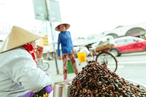 Hàng ốc xào kỳ lạ nhất Sài Gòn chỉ bán 1 món suốt 2 đời, giá tận 120k/lon ốc toàn nhà giàu hay giới sành ăn mới dám mua ship thẳng luôn sang Mỹ - Ảnh 7.