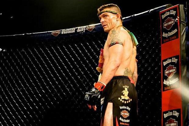 Nhà vô địch võ thuật thế giới khoe hai vết sẹo dài trên đầu, nhắn nhủ các fan đừng bao giờ ẩu đả trên đường phố - Ảnh 4.