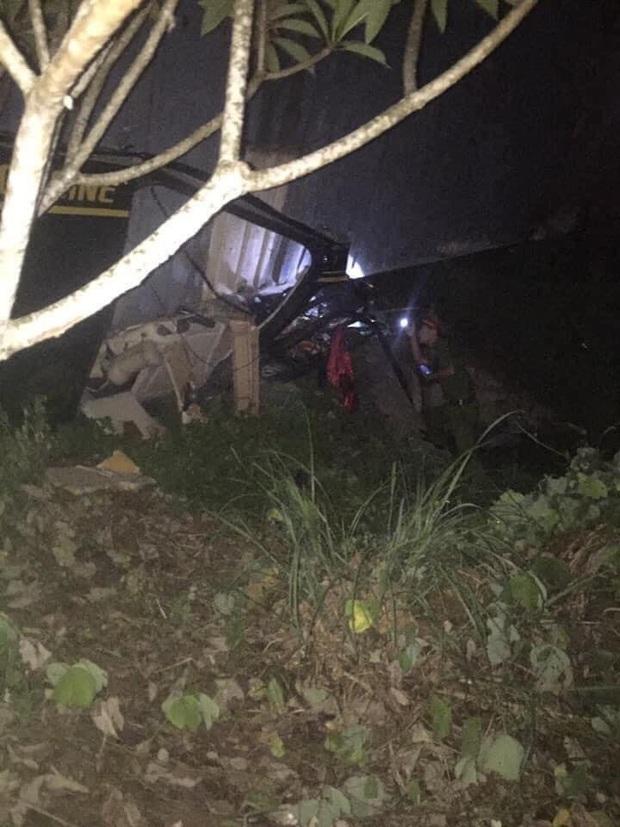Quảng Ninh: Tai nạn kinh hoàng, xe container đè xe 16 chỗ bẹp dúm, ít nhất 2 người tử vong - Ảnh 2.
