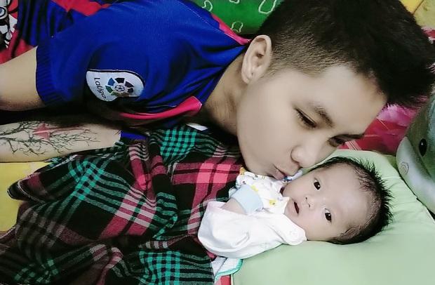 Người đàn ông chuyển giới mang thai đầu tiên ở Việt Nam hạnh phúc khoe ảnh đầy tháng con gái - Ảnh 4.