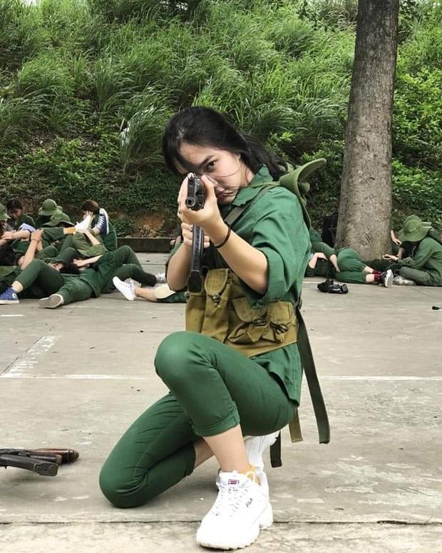 Cầm sai tư thế súng trong kỳ quân sự, nữ sinh vẫn được thả tim nhờ vẻ ngoài xinh sắn xuất thần - Ảnh 1.