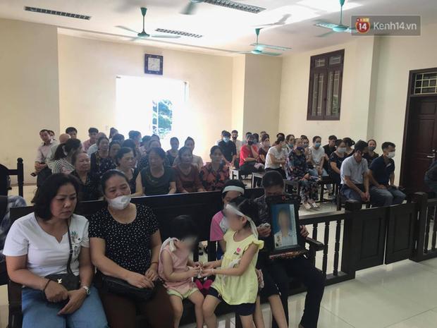 Hoãn phiên xử vụ cô gái yêu anh rể đầu độc chị họ ở Thái Bình, người thân nạn nhân ôm di ảnh khóc nghẹn - Ảnh 3.