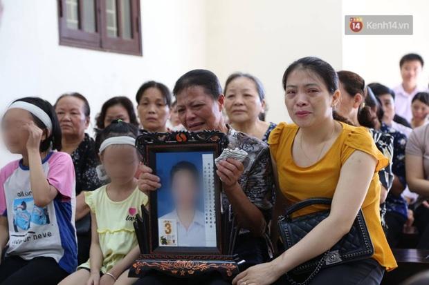 Hoãn phiên xử vụ cô gái yêu anh rể đầu độc chị họ ở Thái Bình, người thân nạn nhân ôm di ảnh khóc nghẹn - Ảnh 2.