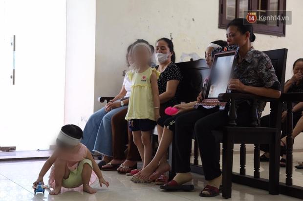 Hoãn phiên xử vụ cô gái yêu anh rể đầu độc chị họ ở Thái Bình, người thân nạn nhân ôm di ảnh khóc nghẹn - Ảnh 5.