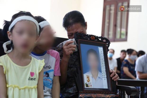 Hoãn phiên xử vụ cô gái yêu anh rể đầu độc chị họ ở Thái Bình, người thân nạn nhân ôm di ảnh khóc nghẹn - Ảnh 4.