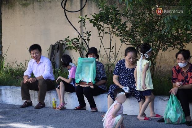 Hoãn phiên xử vụ cô gái yêu anh rể đầu độc chị họ ở Thái Bình, người thân nạn nhân ôm di ảnh khóc nghẹn - Ảnh 1.