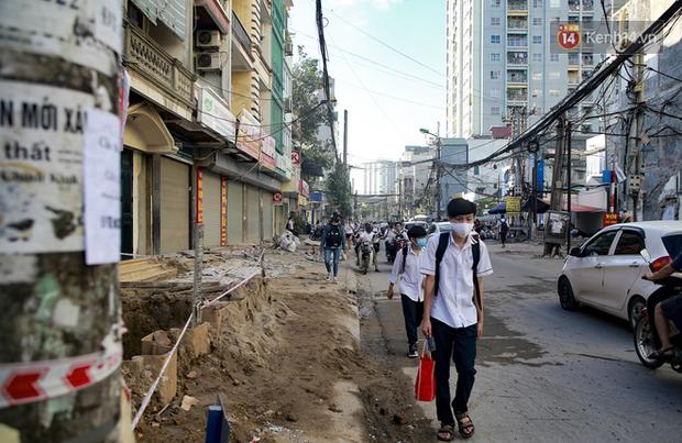 """Hà Nội: Ùn tắc, ô nhiễm môi trường do thi công như """"rùa bò"""" tại đường Vũ Trọng Phụng - Ảnh 4."""