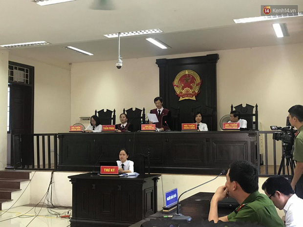 Hoãn phiên xử vụ cô gái yêu anh rể đầu độc chị họ ở Thái Bình, người thân nạn nhân ôm di ảnh khóc nghẹn - Ảnh 10.