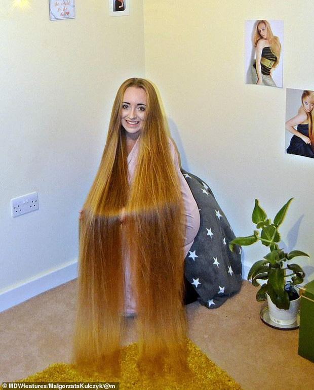 5 năm không cắt tóc, cô gái gây choáng khi thả tung mái tóc dài ấn tượng, các anh mê mẩn xin được chạm vào dù chỉ một lần - Ảnh 1.