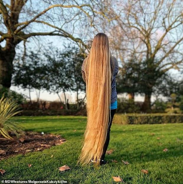 5 năm không cắt tóc, cô gái gây choáng khi thả tung mái tóc dài ấn tượng, các anh mê mẩn xin được chạm vào dù chỉ một lần - Ảnh 2.
