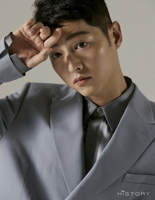 Bộ ảnh solo đầu tiên của Song Joong Ki hậu ly hôn với Song Hye Kyo: Soái khí ngút ngàn khiến chị em nguyện xin hàng - Ảnh 2.