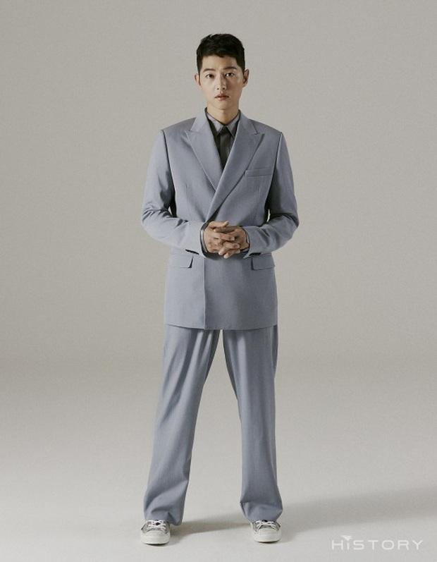 Bộ ảnh solo đầu tiên của Song Joong Ki hậu ly hôn với Song Hye Kyo: Soái khí ngút ngàn khiến chị em nguyện xin hàng - Ảnh 3.