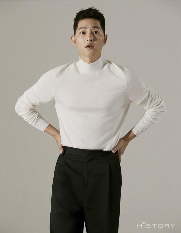 Bộ ảnh solo đầu tiên của Song Joong Ki hậu ly hôn với Song Hye Kyo: Soái khí ngút ngàn khiến chị em nguyện xin hàng - Ảnh 5.