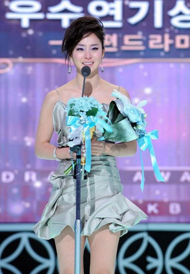 Nhan sắc mỹ miều như Song Hye Kyo, Son Ye Jin... cũng có khoảnh khắc tuột dốc không phanh vì phấn son, váy áo - Ảnh 6.