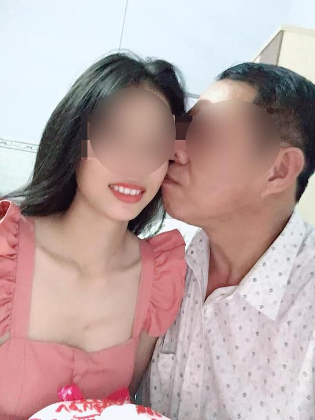 Vụ thầy giáo 53 tuổi đính hôn với học trò cũ 21 tuổi: Từng nhận nữ sinh làm con nuôi và có biểu hiện thân thiết từ khi còn ngồi trên ghế nhà trường - Ảnh 2.