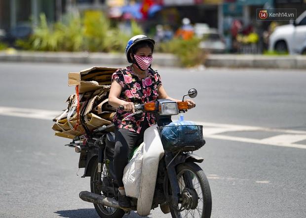 Clip: Hà Nội tiếp tục nắng nóng đỉnh điểm, người chật vật mưu sinh, người khó thở vì phải đi ngoài đường quá lâu - Ảnh 7.
