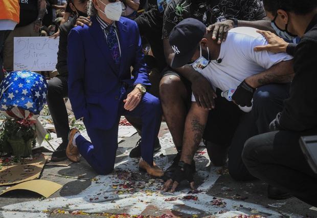 Xúc động với lời kêu gọi chấm dứt biểu tình của người em trai tại chính nơi George Floyd bị cảnh sát ghì chết - Ảnh 1.