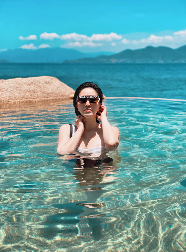 Không có gì ngoài nhan sắc và điều kiện, Bảo Thy du lịch sang chảnh khoe BST đồ bơi hàng khủng: Bất ngờ là diện càng kín lại càng sexy - Ảnh 1.