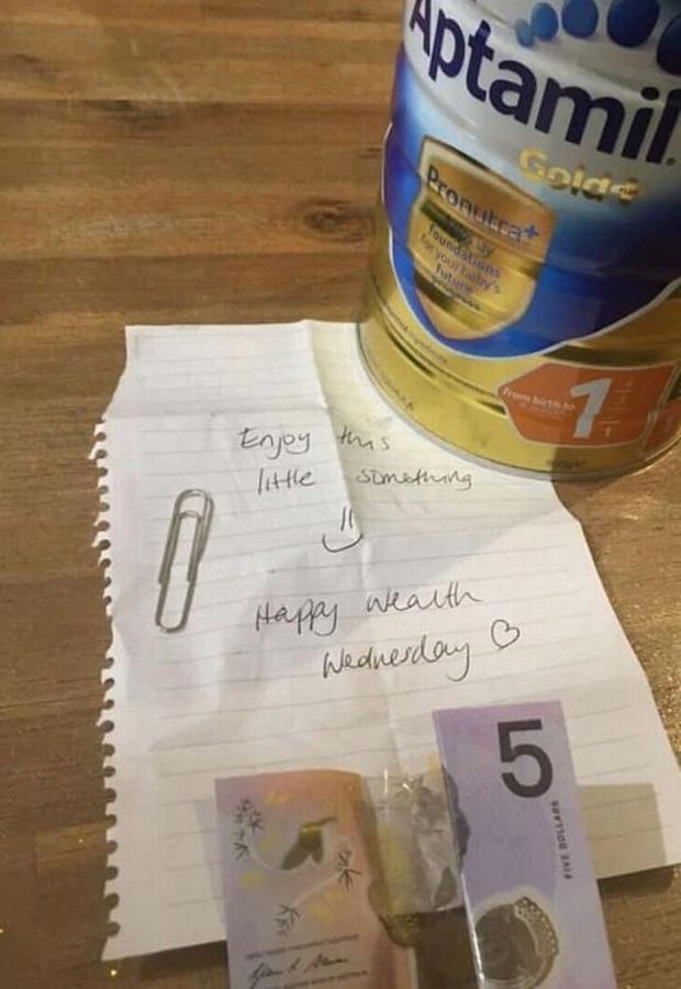Phát hiện một mẩu giấy và tiền bên trong hộp sữa bột mua về từ siêu thị, mẹ bỉm sữa nghẹn lời với lời nhắn bên trong - Ảnh 1.