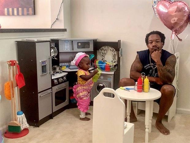 Ông bố trẻ lên mạng review chê bai nhà hàng của cô con gái 2 tuổi khiến dân mạng phải cười bò - Ảnh 2.