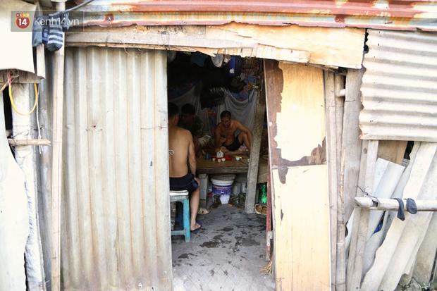 Người nghèo oằn mình trong căn phòng trọ bằng tôn cao chưa đầy 4m dưới nắng nóng 50 độ ở Hà Nội: Giữa trưa hơi nóng phả xuống không khác gì cái lò nướng cỡ lớn - Ảnh 2.