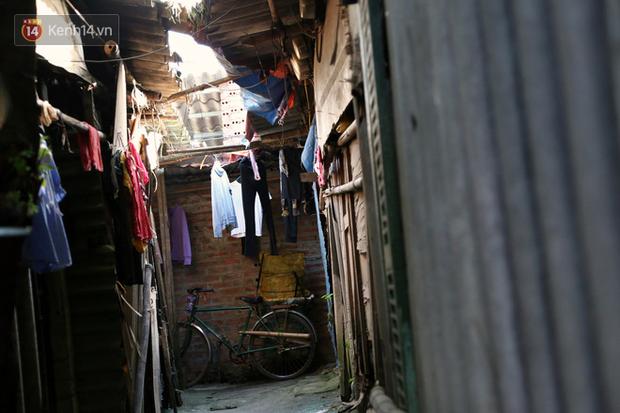 Người nghèo oằn mình trong căn phòng trọ bằng tôn cao chưa đầy 4m dưới nắng nóng 50 độ ở Hà Nội: Giữa trưa hơi nóng phả xuống không khác gì cái lò nướng cỡ lớn - Ảnh 10.