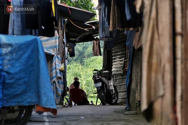 Người nghèo oằn mình trong căn phòng trọ bằng tôn cao chưa đầy 4m dưới nắng nóng 50 độ ở Hà Nội: Giữa trưa hơi nóng phả xuống không khác gì cái lò nướng cỡ lớn - Ảnh 13.