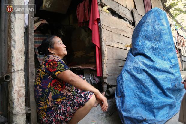Người nghèo oằn mình trong căn phòng trọ bằng tôn cao chưa đầy 4m dưới nắng nóng 50 độ ở Hà Nội: Giữa trưa hơi nóng phả xuống không khác gì cái lò nướng cỡ lớn - Ảnh 11.