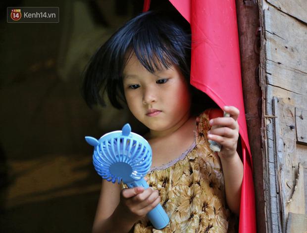 Người nghèo oằn mình trong căn phòng trọ bằng tôn cao chưa đầy 4m dưới nắng nóng 50 độ ở Hà Nội: Giữa trưa hơi nóng phả xuống không khác gì cái lò nướng cỡ lớn - Ảnh 12.