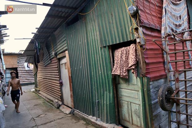 Người nghèo oằn mình trong căn phòng trọ bằng tôn cao chưa đầy 4m dưới nắng nóng 50 độ ở Hà Nội: Giữa trưa hơi nóng phả xuống không khác gì cái lò nướng cỡ lớn - Ảnh 9.