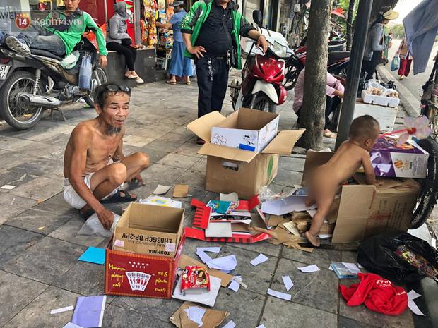 Xót cảnh em bé 18 tháng tuổi trần truồng trong thùng xốp, theo ông lang thang ngoài đường dưới cái nắng nóng gay gắt của Hà Nội - Ảnh 4.