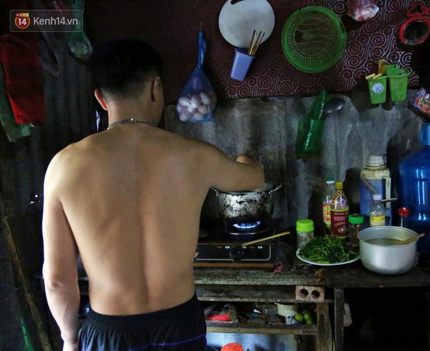 Người nghèo oằn mình trong căn phòng trọ bằng tôn cao chưa đầy 4m dưới nắng nóng 50 độ ở Hà Nội: Giữa trưa hơi nóng phả xuống không khác gì cái lò nướng cỡ lớn - Ảnh 8.