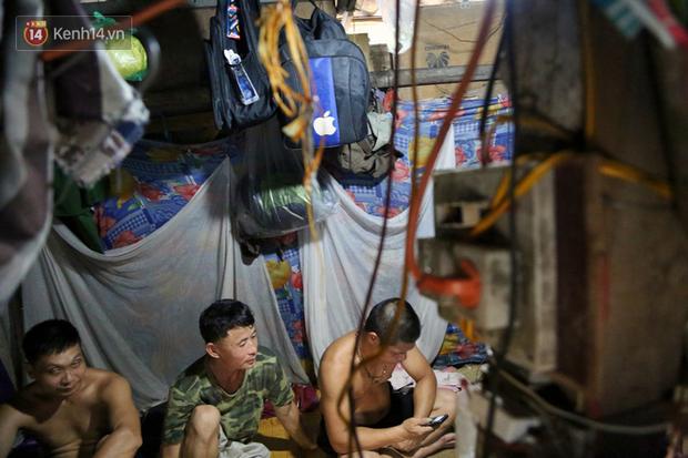 Người nghèo oằn mình trong căn phòng trọ bằng tôn cao chưa đầy 4m dưới nắng nóng 50 độ ở Hà Nội: Giữa trưa hơi nóng phả xuống không khác gì cái lò nướng cỡ lớn - Ảnh 5.